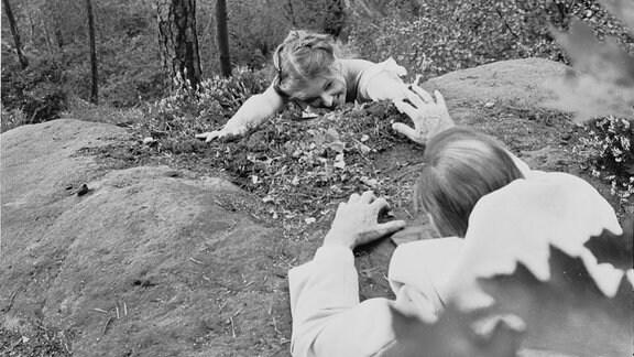 Polizeiruf 110: Ein Schritt zu weit. 1985. Marlies Ludwig (Silke Tanner) (li), Herbert Köfer (Martin Veltin) (re)