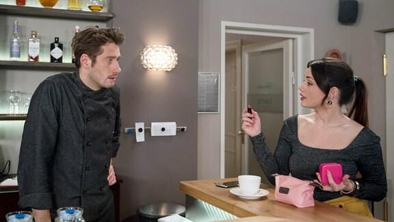 Alex (Phillip Oliver Baumgarten, l.) und Vivien (Anna Mennicken, r.) stehen sic in einer Küche gegenüber.