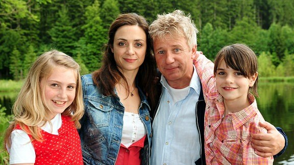Alex (Jörg Schüttauf), Sophie (Julia Richter) und die kessen Mädchen Charlie (Annika und Francesca Bolkart, re.) und Paula (Grace Reutlinger, li.).