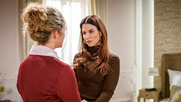 Franzi (Léa Wegmann, l.) ist überrascht, wie schnell Nadja (Anna Lena Class, r.) Tim aus ihrem Leben streicht.