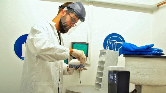 Die Forscher arbeiten mit menschliche Stamm-Zellen, die bei minus 200 Grad Celsius in flüssigem Stickstoff gelagert werden.