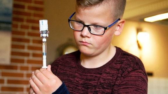 Zweimal in der Woche muss sich Philipp ein Medikament spritzen, damit sein Blut bei Verletzungen gerinnt. Das ist überlebenswichtig. Er hofft auf eine Gen-Therapie, die ihn heilt.