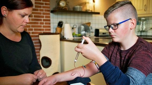 Philipp ist 13 Jahre alt und leidet an Hämophilie A. Geerbt hat er den Gendefekt von seiner Mutter Bianca, die selbst daran nicht erkrankt ist.