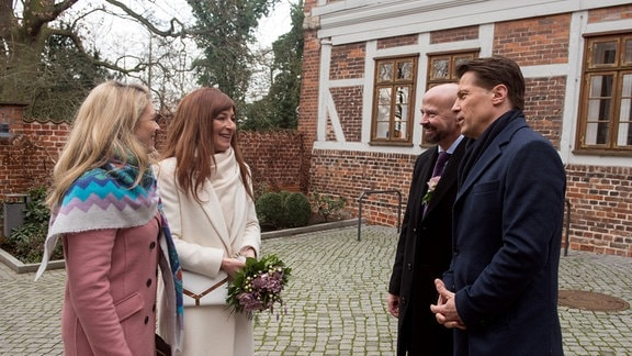 Hochzeit in Dänemark: Mit Britta (Jelena Mitschke, l.) an ihrer Seite, fühlt Carla (Maria Fuchs, 2.v.l.) sich bereit Gregor (Wolfram Grandezka, r. mit Komparse 2.v.r.) das Ja-Wort zu geben.
