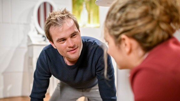 Steffen (Christopher Reinhardt, l.) blickt Franzi (Léa Wegmann, r.)verliebt an.