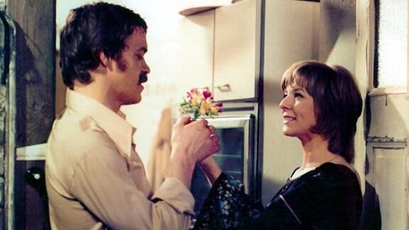 Jette (Annekatrin Bürger, rechts) bringt Johannes (Jürgen Heinrich, links) Blumen zur Versöhnung mit.