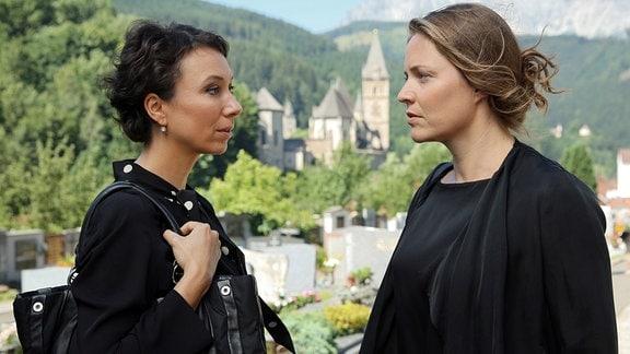 Die Schwestern Maria (Ursula Strauss) und Edith (Patricia Aulitzky, re.) kümmern sich jetzt auch um die Geschäfte des Hartmann-Clans.