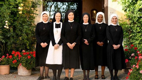 Die Nonnen vom Kloster Kaltenthal: Claudia (Mareike Lindenmeyer), Agnes (Emanuela von Frankenberg), Hanna (Janina Hartwig), Felicitas (Karin Gregorek), Lela (Denise M'Baye) und Sina (Romina Küper).