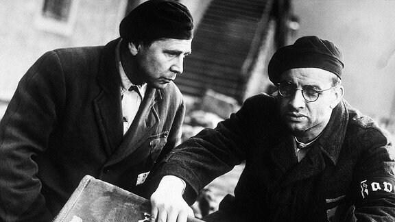 Groß ist das Erschrecken, als die Häftlinge Pippig (Fred Delmare, li.) und Höfel (Armin Müller-Stahl) in einem großen zerdrückten Koffer einen kleinen jüdischen Jungen entdecken.
