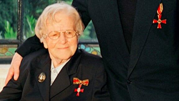 Anna und Hermann Scheipers erhalten am 25.11.2002 das Bundesverdienstkreuz.