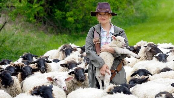 Inmitten der Schafe hat Svea (Stefanie Stappenbeck) ihre Berufung gefunden.