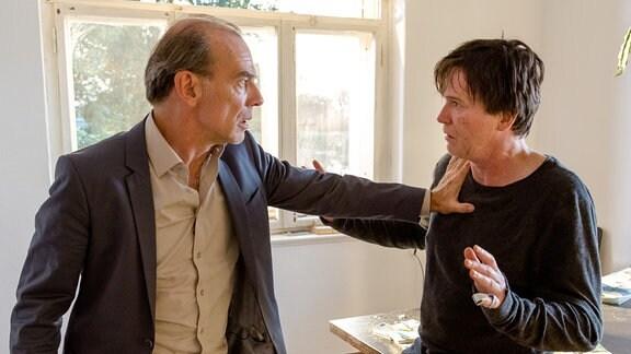 Hauptkommissar Andreas Keppler (Martin Martin Wuttke, links) konfrontiert Christian Scheidt (Uwe Bohm, rechts) mit der Tat. Dieser streitet heftig ab, etwas mit dem Mord an Harald Kosen zu tun zu haben.