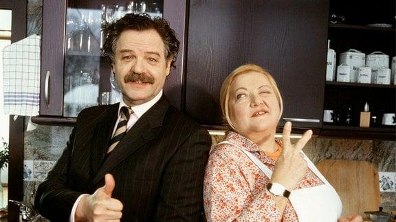 Marga (Marianne Sägebrecht) und Ohrmann (Gunter Berger) stehen Rücken an Rücken.