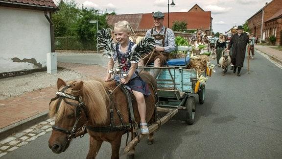 Bauer Frank und seine Kinderbei der Dorfparade zum Erntedankfest