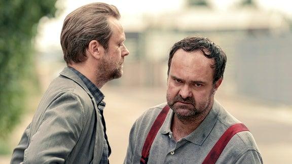 Köhler (Matthias Matschke) geht mit Guido (Tom Keune) vor die Tür, dieser ist außer sich vor Wut. (v.l.)