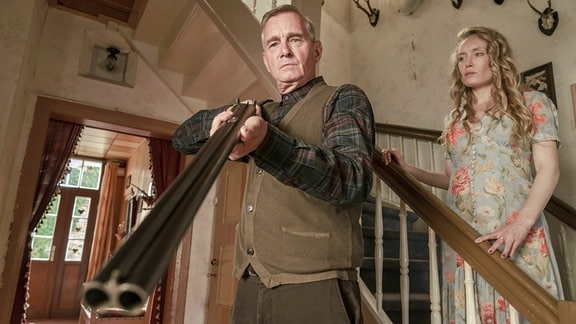 Werner (Hans-Uwe Bauer) richtet die Waffe auf Timur. Seine Tochter Annette (Katharina Heyer) verfolgt das Geschehen.