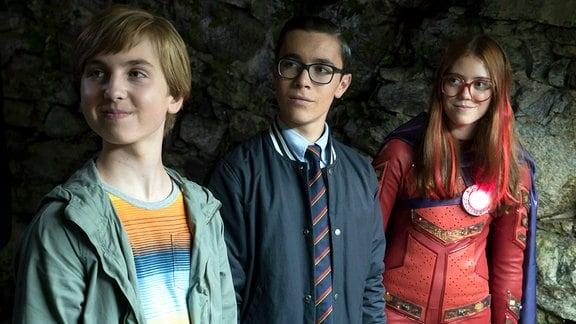 v.l.n.r.: Pelle (Oscar Dietz), Wilhelm (Samuel Ting Graf) und Red Fury (Astrid Juncher-Benzon)