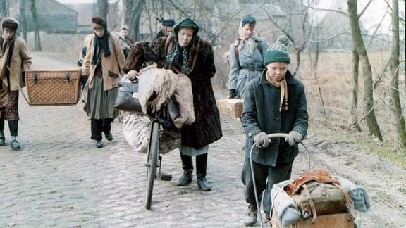 Heinrich (Axel Griesau) schließt sich einem Flüchtlingstreck an.