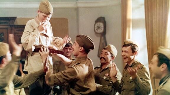 Russische Soldaten nehmen Heinrich auf.