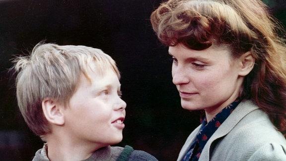 Die kriegsflüchtige Frau Kirsch (Viola Schweizer) nimmt sich Heinrich an.