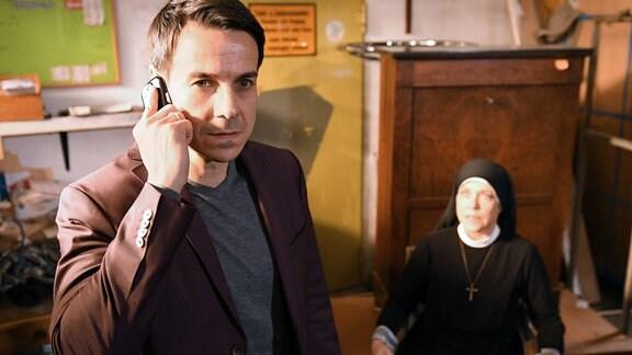 Markus Seibold (Philipp Baltus) ist verzweifelt. Er nimmt Schwester Hanna (Janina Hartwig) als Geisel und fordert von Wöller ein hohes Lösegeld.
