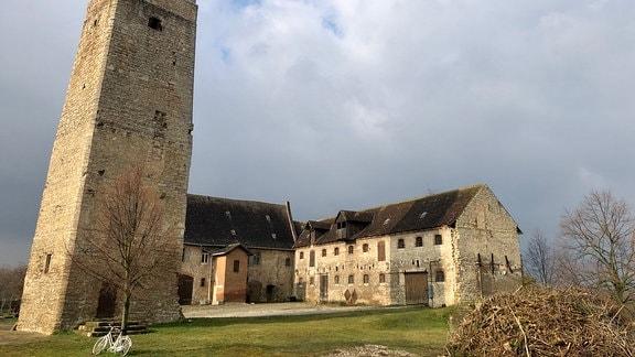 Die Burg ist Wahrzeichen von Hausneindorf. Um 1190 wurde sie erbaut. Heute kümmert sich der Heimatverein um die Erhaltung.