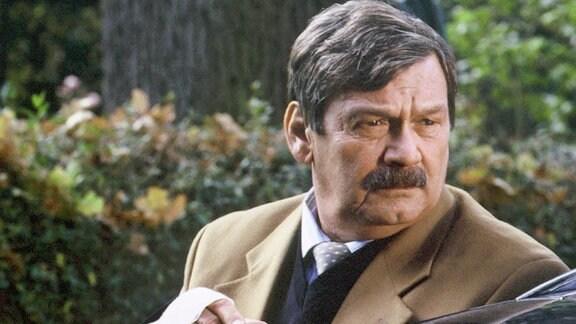 Herbert Schneider (Wolfgang Winkler) hat versucht, Kinder aus einer brennenden Wohnung zu retten. Dabei blieb der Kommissar nicht unversehrt...
