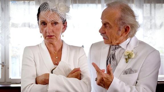 Rudi (Tilo Prückner) kritisiert Metas (Angelika Böttiger) Hochzeits-Outfit.