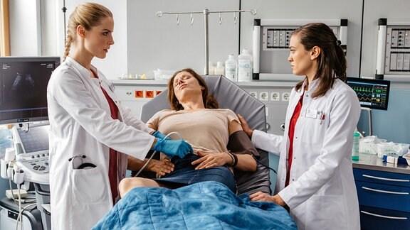 Julia Berger und Rebecca Krieger untersuchen die schwangere Anne Sonnemann.