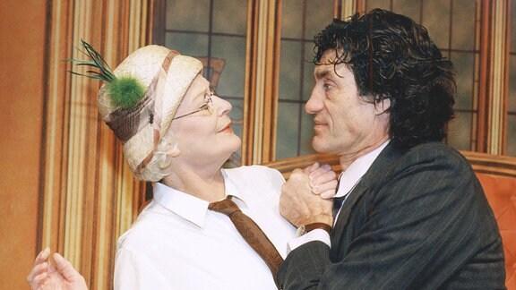 Elisabeth Wiedemann als verhuschte Romanschriftstellerin Josephine Zillerthal und Winfried Glatzeder als Egon Schöller, dem wegen eines Sprachfehlers die Schauspielkarriere versagt blieb.