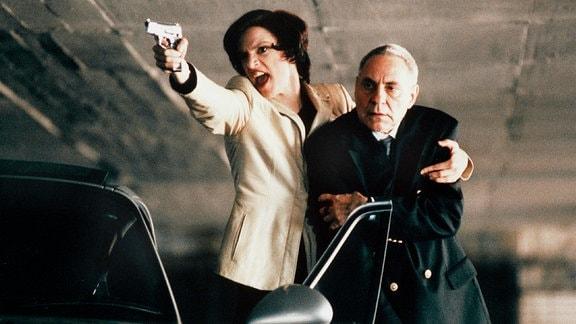 Bei einer Schiesserei im Parkhaus nimmt Fräulein Schneider (Inge Busch, links) den Bankfilialleiter Steinhoff (Peter Fitz, rechts als Geisel. Archivnummer: 43297/00/00/101