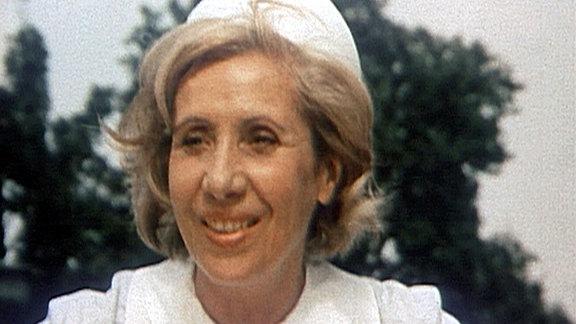 """Vor 25 Jahren, am 2.Mai 1995, ist sie still aus dieser Welt gegangen, doch bis heute ist Agnes Kraus als Volksschauspielerin unvergessen. Ob als Schwester Agnes, als Zimmervermieterin Klucke in """"Florentiner 73"""" oder als schrullige Tierarztwitwe Alma - immer hat sich Agnes Kraus mit Berliner Schnauze in die Herzen der Zuschauer gespielt. Sie war die Mutter der Nation und wurde mit ihren komischen Rollen unzählige Male zum Fernsehliebling der DDR. Agnes Kraus als Schwester Agnes"""