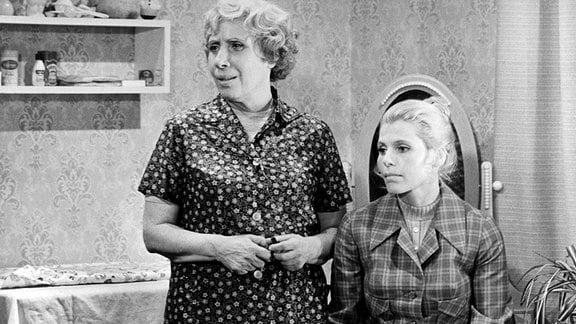 """Florentiner 73"" / Frau Klucke (Agnes Kraus, li.), Brigitte (Edda Dentges)."