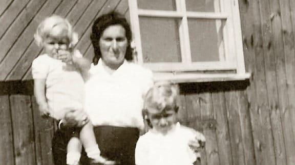 Zusammen mit seiner Mutter und seinem älteren Bruder verbring Manfred Flügge die ersten Lebensjahre er in einem dänischen Flüchtlingslager.