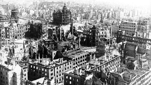 Dresden 1945: Blick vom Rathausturm auf die zerstörte Stadt.
