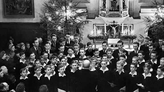 Weihnachten 1945; der Kreuzchor in der P. Roller-Kirche Weixdorf