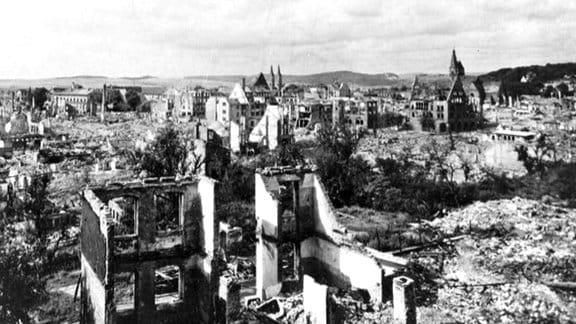 Blick vom Petersberg auf das zerstörte Nordhausen nach der Bombardierung am 3./4.4.1945