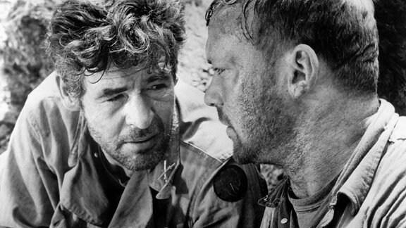 Sergeant Montana (Aldo Ray) und Leutnant Benson (Robert Ryan, li.) beraten ihr weiteres Vorgehen in einer kritischen Situation.