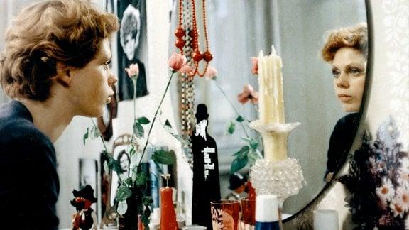 "Renate Krößner (Ingrid Sommer alias ""Sunny"") blickt in einen Spiegel."