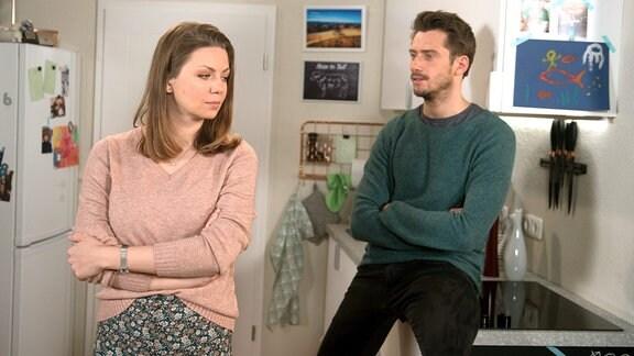 Judith (Katrin Ingendoh, l.) will nicht akzeptieren, dass Oskar erst einmal bei Alex (Philipp Oliver Baumgarten, r.) wohnen soll.