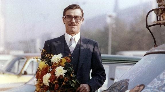 """Hannes Blaschke (Martin Trettau) wird stolzer Besitzer eines ausgemusterten Repräsentationswagens vom Typ """"Tschaika""""."""