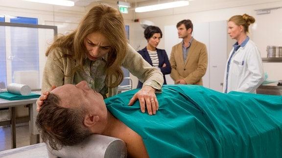 Tereza Remić (Alma Prica) trauert um ihren auf einer Bahre liegenden, ermordeten Mann Ante (Nenad Srdelić). Die Kommissarin Branka (Neda Rahmanian, Mitte), ihr Kollege Emil (Lenn Kudrjawizki) und Gerichtsmedizinerin Vera (Katja Studt, re.) versuchen den Mordfall gemeinsam zu klären.