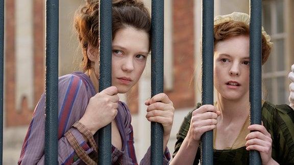 Vorleserin Sidonie (Léa Seydoux, li.) und ihre Freundin Honorine (Julie-Marie Parmentier) werden Zeuginnen der dramatischen Ereignisse am Hofe.