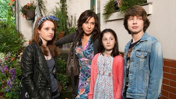 Sofie (Simone Thomalla, 2.v.li.), ihre Kinder Phillip (Lukas Schust) und Jenny (Alea Sophia Boudodimos) sowie Phillips Schulfreundin Kira (Elisa Monse, li.).
