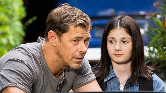 Jenny (Alea Sophia Boudodimos) und Vincent (Sven Martinek) .