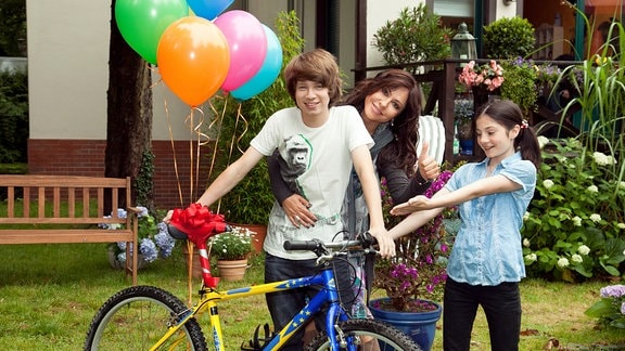 Sofie (Simone Thomalla) mit ihren Kinder Jenny (Alea Sophia Boudodimos) und Phillip (Lukas Schust).