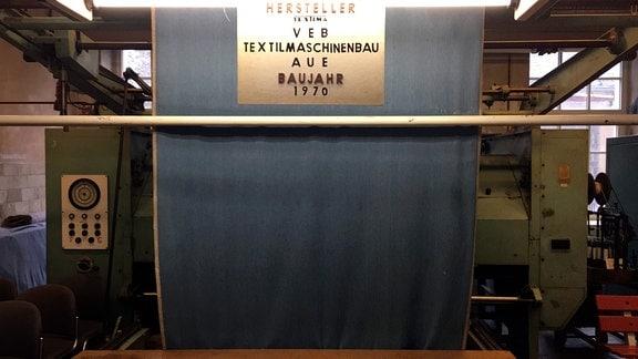 Auf der Maschine befindet sich Original Jeansstoff, wahrscheinlich aus dem Jahr 1987. Aus dem Stoff wurde Obermaterial für Pantoffeln hergestellt.