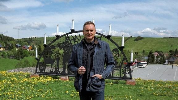 Moderator Axel Bulthaupt in typisch erzgebirgischer Landschaft.
