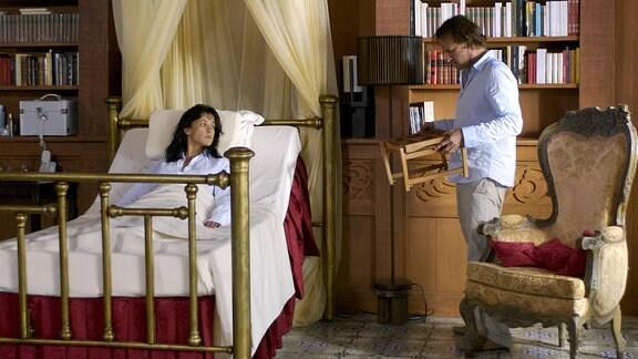 Leo (Christopher Lambert) serviert der gelähmten Muriel (Sophie Marceau) das Frühstück.