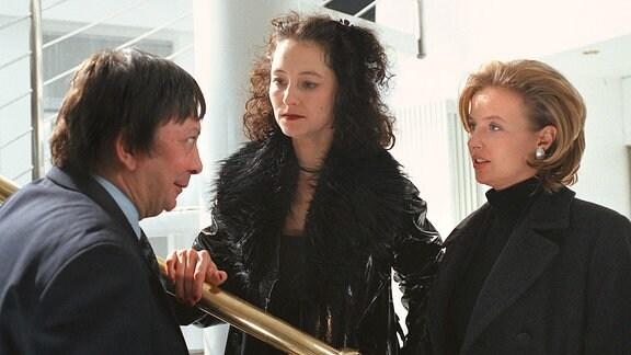 Der Unternehmer Dr. Alexander Banse (Heribert Sasse) mit Rosalie (Natascha Bub) und Dr. Alma Voß (Katharina Böhm).